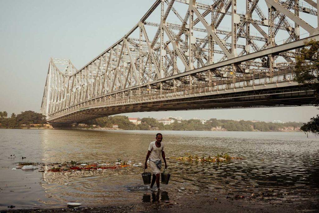 Fluss Hugli in Kolkata mit der Howrah-Brücke im Hintergrund.
