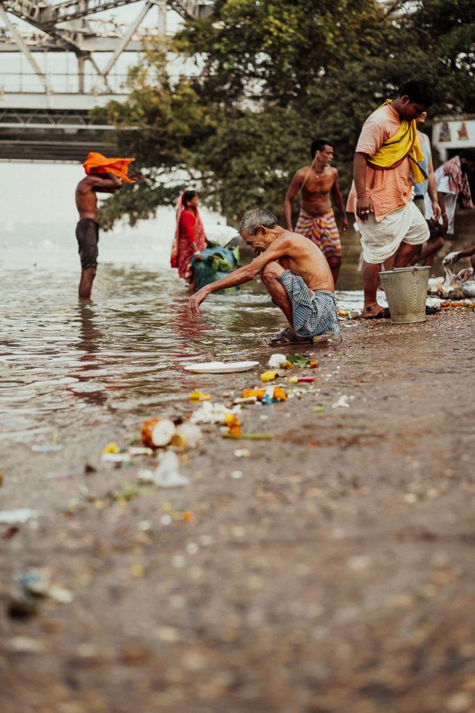 Fluss Hugli in Kolkata als Badezimmer der Menschen.