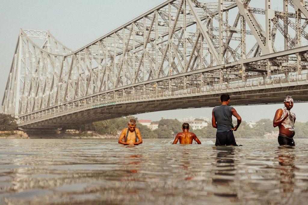 Morgenbad im Fluss Hugli in Kolkata an der Howrah-Brücke.
