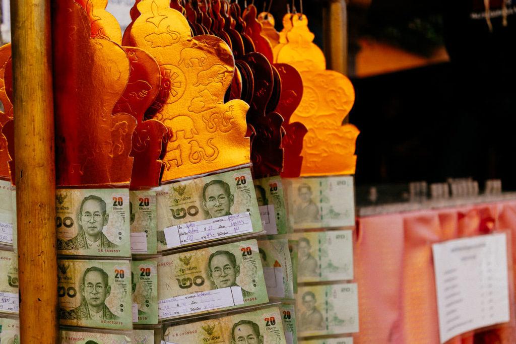 Detail im Tempel Doi Suthep, Banknoten als Spenden