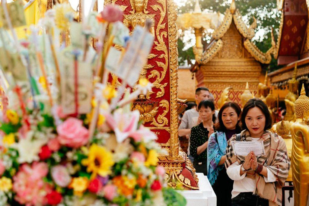 Besucherinnen beten im Wat Phra That Doi Suthep