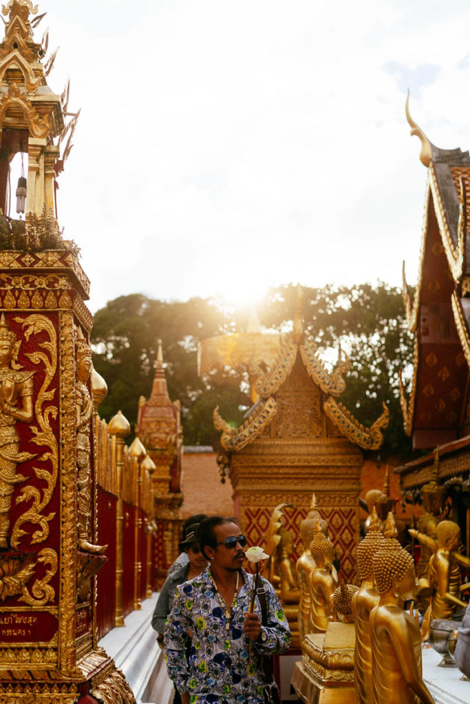 Betende Besucher und Buddha-Statuen im Wat Phra That Doi Suthep