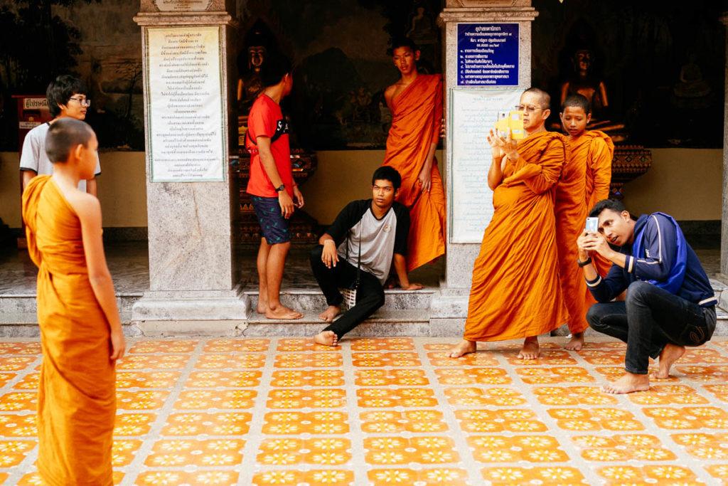 Mönche und Besucher im Tempel Doi Suthep