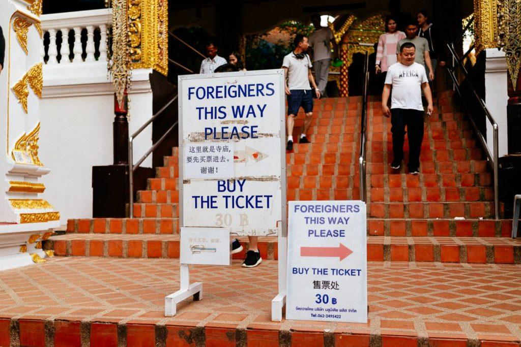 Schilder weisen den Weg für Einheimische und Touristen am Tempel auf dem Berg Doi Suthep