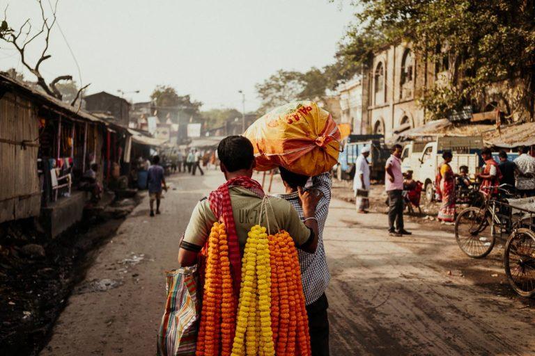 Blumentransport auf dem Flower Market in Kolkata.