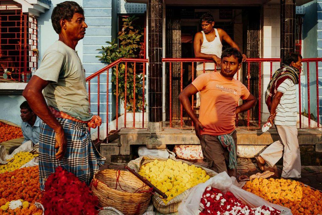 Verkäufer und ihre Waren auf dem Flower Market in Kolkata.