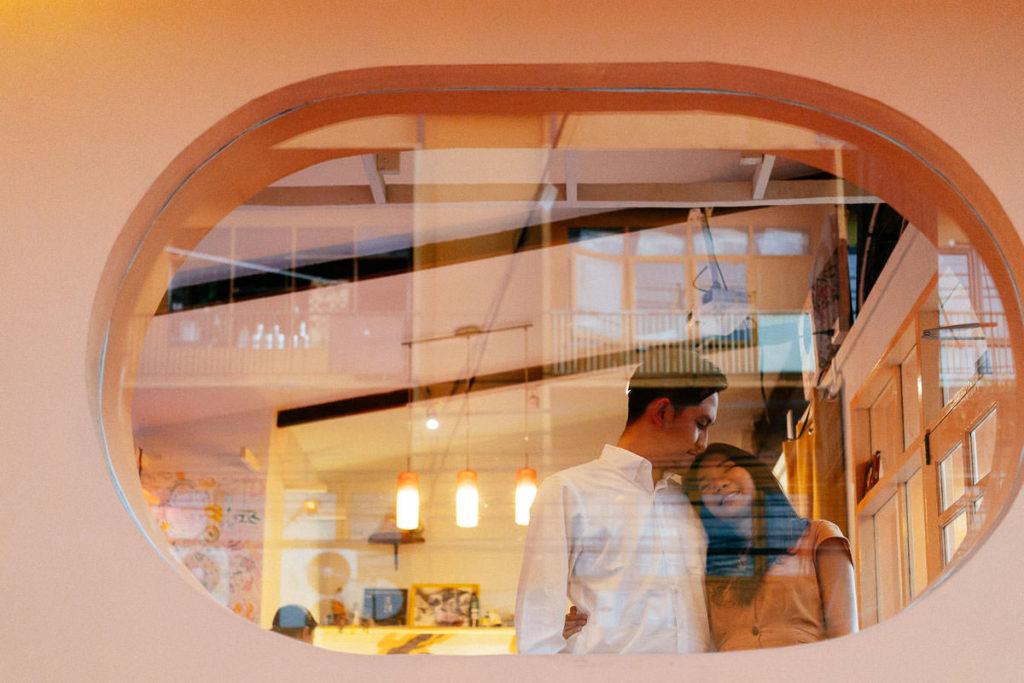 Hippes Café dient als Kulisse für Paarbilder in Bangkok-Ari