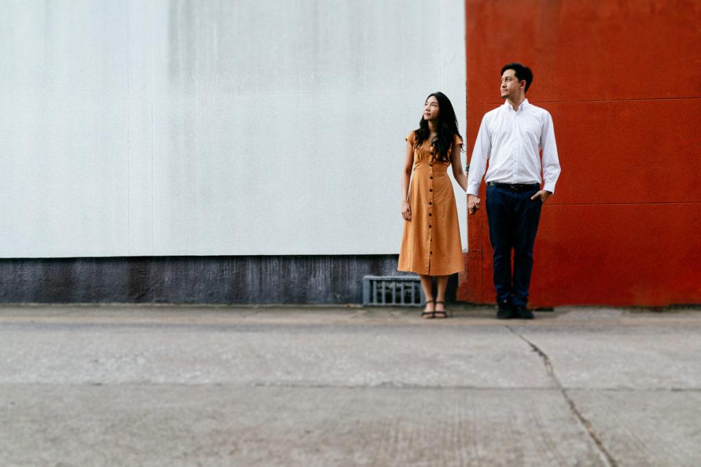 Paarshooting vor einer weiß-roten Wand in Bangkok-Ari