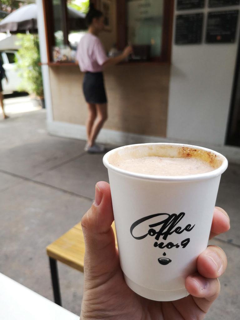 Kaffeebecher mit Cappuccino im Café No. 9 in Ari, Bangkok