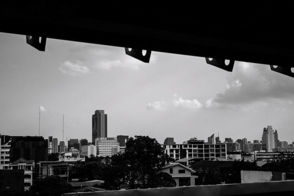 BTS Station Ari in Bangkok mit Blick auf Hochhäuser