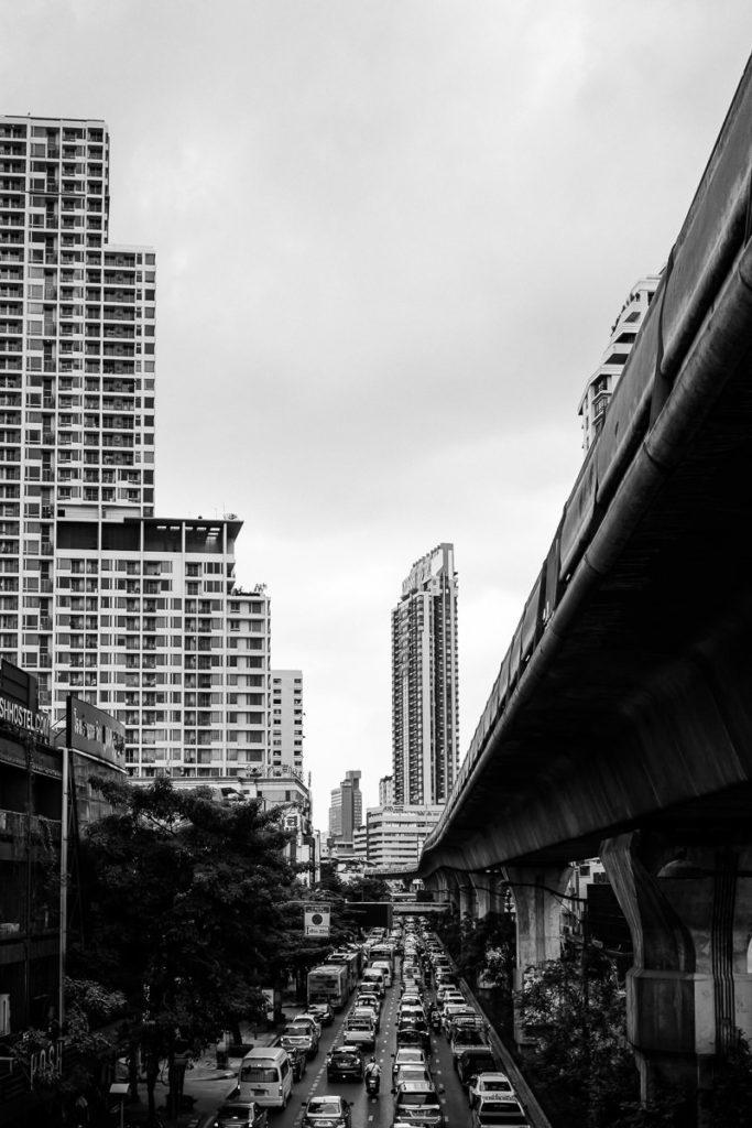 Hochhäuser zieren das Bild Bangkoks, BTS und Stadtautobahn sorgen für geregelten Verkehr