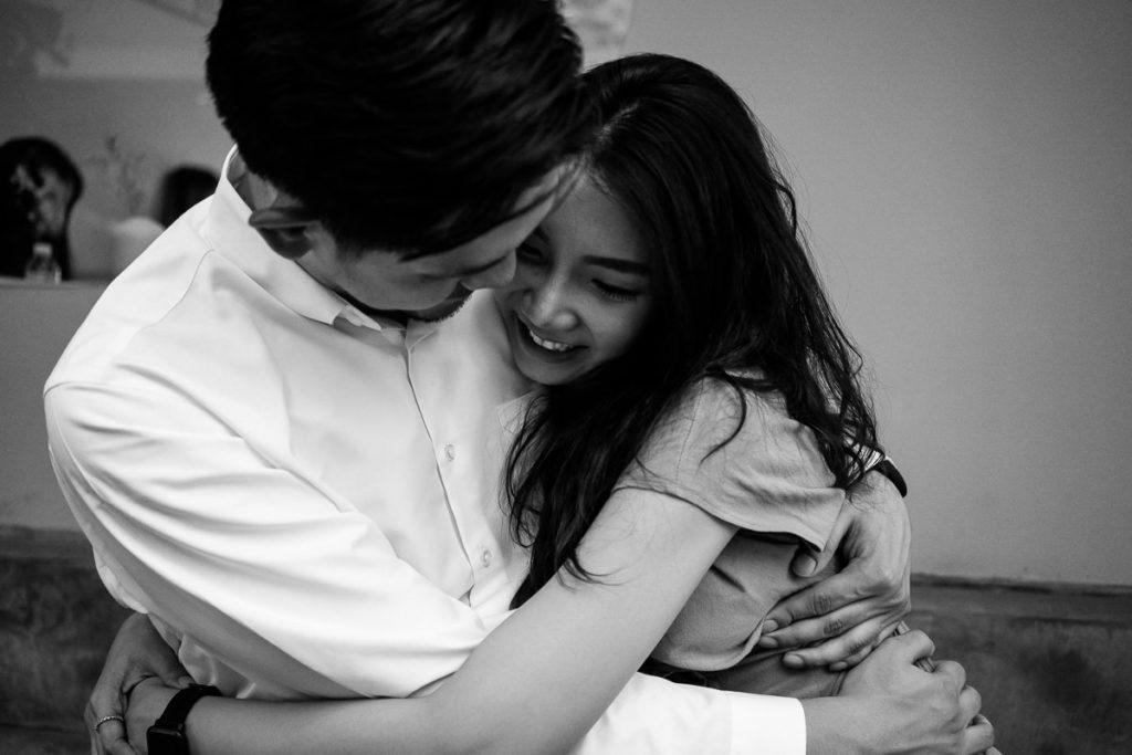 Paarshooting in Bangkok-Ari, Mann und Frau liegen sich in den Armen