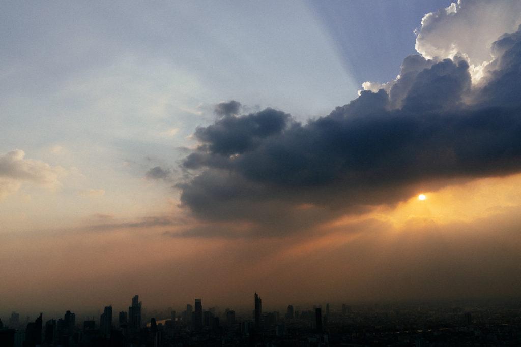 Sonnenuntergang über Bangkoks Skyline, fotografiert vom Baiyoke Tower 2