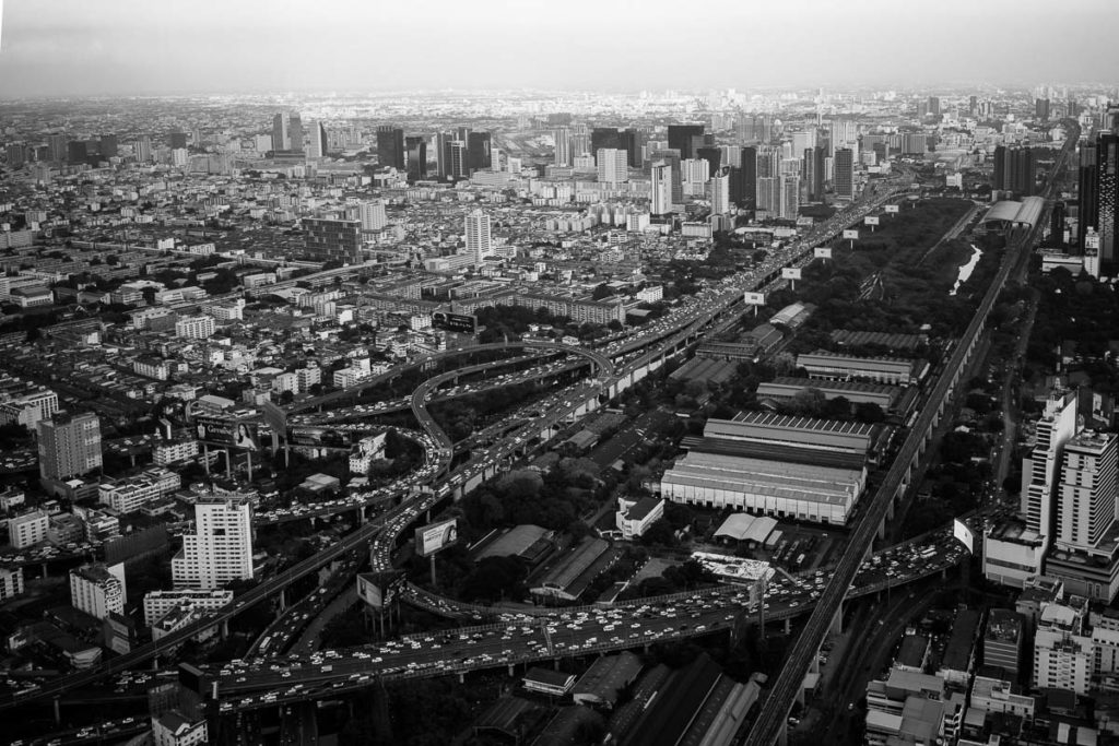 Reger Stadtverkehr in Bangkok, Blick von oben auf die viel befahrenen Hauptstraßen