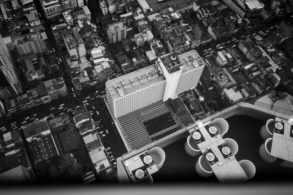 Blick hinunter auf niedrigere Häuser vom Baiyoke Tower 2