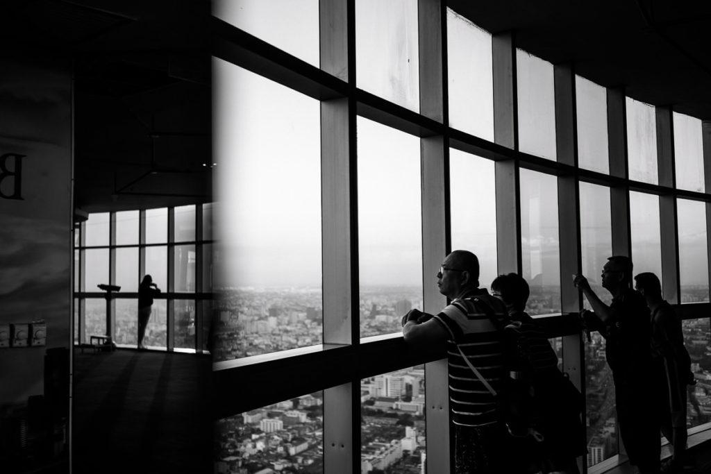 Besucher im Baiyoke Tower 2 genießen den Blick über Bangkok