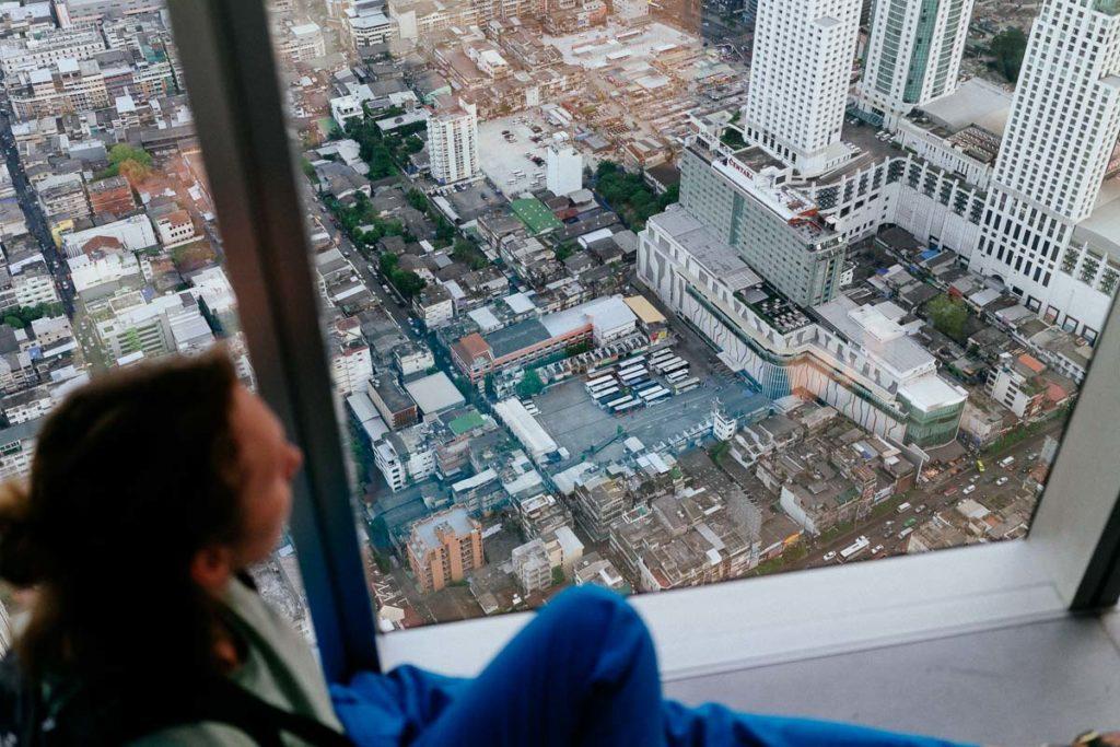 Johanna schaut auf Bangkok auf dem Baiyoke Tower 2