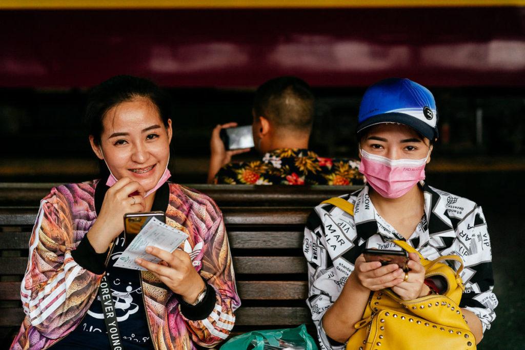Land des Lächelns: zwei Frauen schauen freundlich in die Kamera in Chinatown Bangkok