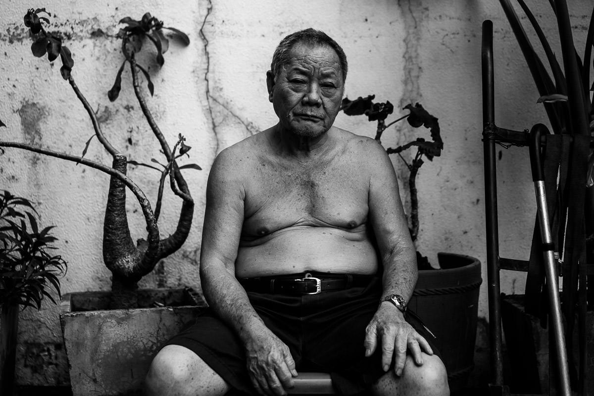 Mann sitzt oben ohne in Bangkok