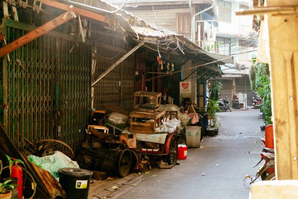 Gasse in Talat Noi, Bangkok. Gerümpel oder wichtige Utensilien.