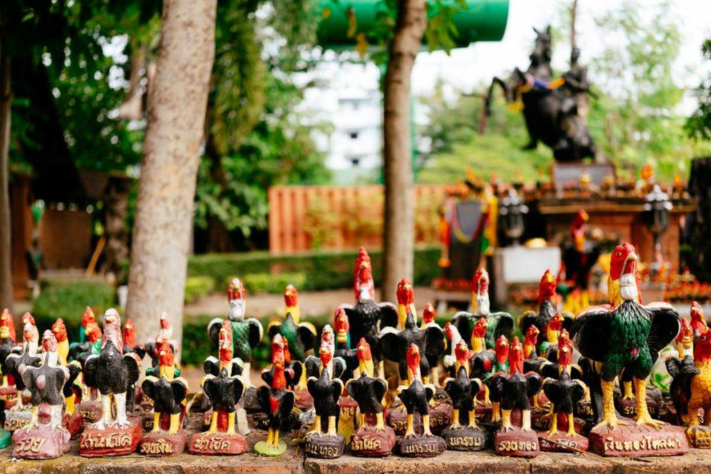 Hahnen-Statuen gegenüber vom Tempel Wat Lok Molei