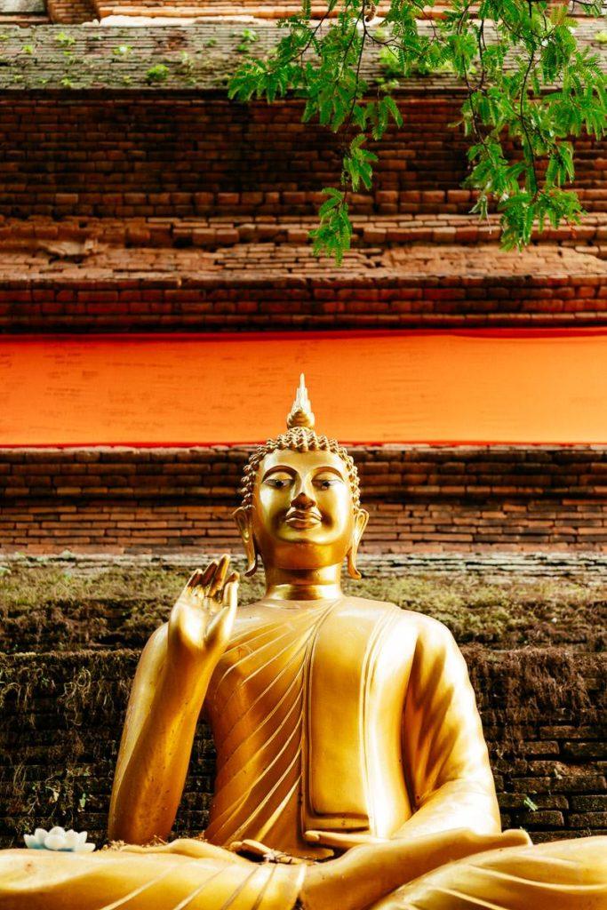 Goldene Buddha-Statue im Wat Lok Molei