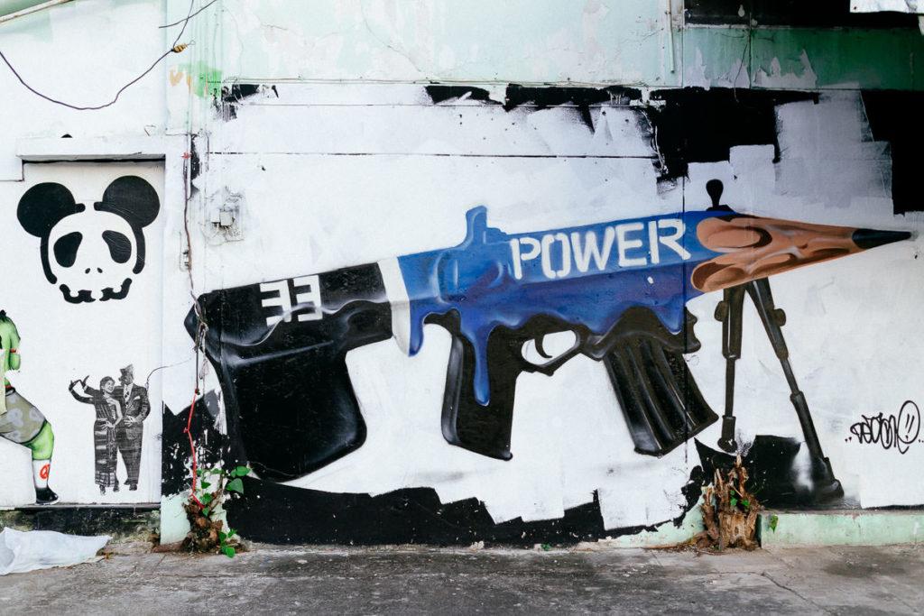Bleistift als Maschinengewehr, ein Graffiti in Chiang Mai