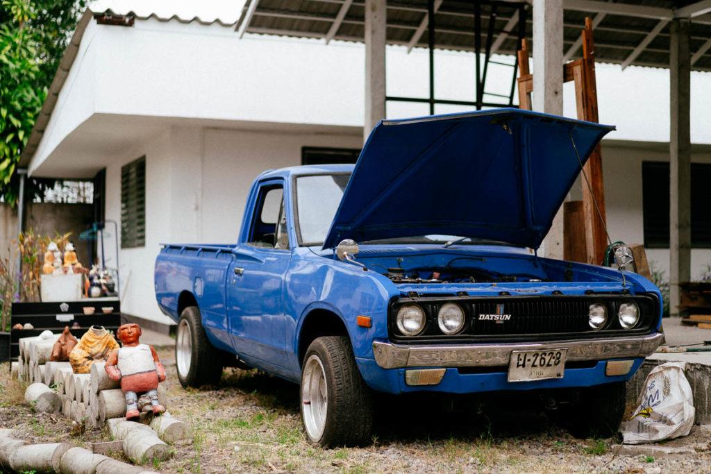 Werkstatt und Café: Im Vorhof eines Cafés wird ein blauer Pickup repariert