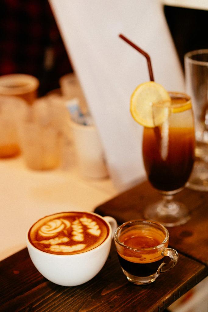Kaffee in unterschiedlichen Varianten als Espresso, als Caffee Latte und als Cocktail mit Tonic