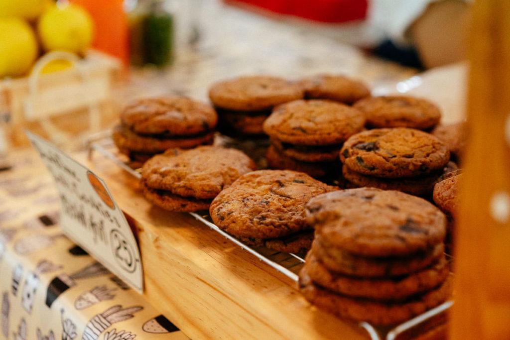 Auch Naschwerk gehört zu Kaffee: Cookies warten auf ihren Verzehr